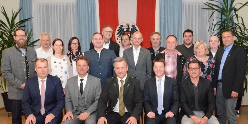 Foto: v.l. Vorstandsmitglied Ernst Fink - ÖVP, 2.Vz.Bgm. Heinrich Suppan- GMB, Bgm. Anton Prödl - ÖVP, 1.Vz.Bgm. DI Thomas Zach - ÖVP, Kassier Josef Luttenberger – ÖVP; stehend v. l. Markus Gartner - GMB, Herbert Trummer - SPÖ, Lisa Riedl BSc - ÖVP, Gabriela Waltl - GMB, Philip Archan - FPÖ, Mag. FH Bernhard Gitl - ÖVP, Helmut Krautwaschl-Stolzer - ÖVP, Franz Krisper - ÖVP, Werner Graßmugg - ÖVP, Johann Pongratz - ÖVP, Franz Matzer - ÖVP, Maria Krisper - ÖVP,  Josef Graßmugg - ÖVP, Thomas Paier Mba MsC PhD - ÖVP;  Nicht am Foto: Mag Mariella Hackl - SPÖ und Ing. Manfred Rottmann - ÖVP;
